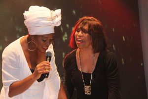 India-Arie-and-Mother-Joyce-Simpson-perform-together-on-stage-600x400