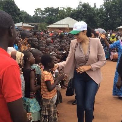 Mrs Iara Oshiomhole pays a welfare visit to IDP community in Edo State (photos)