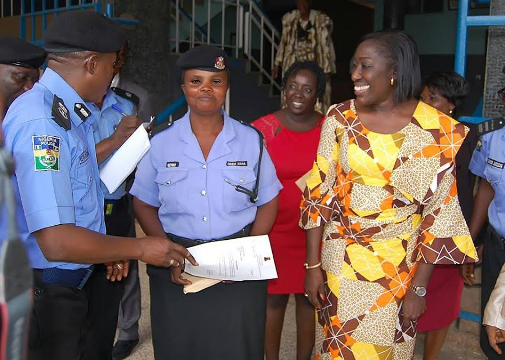 Traffic policewoman spotted working under the rain in Ibadan honoured by Oyo State First Lady
